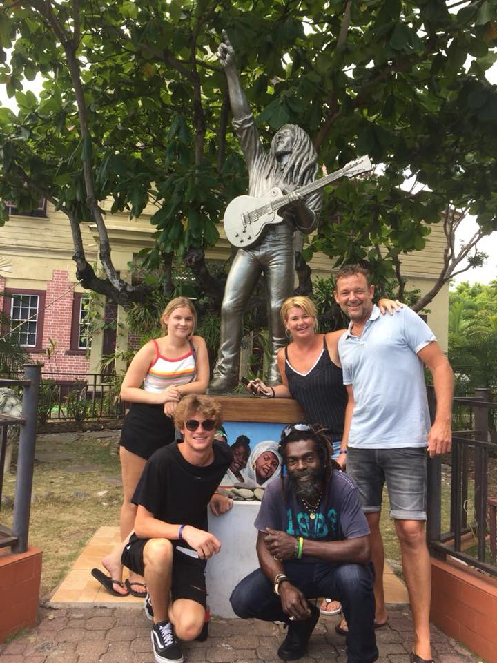Statute Bob Marley Kingston guests and guide